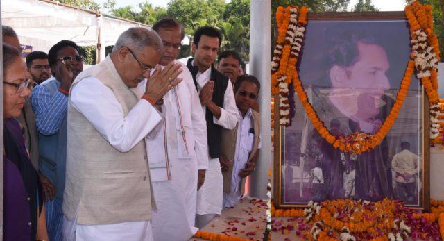 मुख्यमंत्री ने पंडित श्यामाचरण शुक्ल को अर्पित की श्रद्धांजलि, सभा में बैठकर रघुपति राघव राजाराम भजन सुना