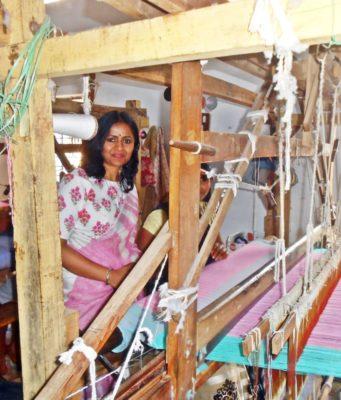कलेक्टर रानू ने एसपी कोटवानी के साथ ग्राम मोहंदीपाट में बुनकर कर्मशाला का लिया जायजा