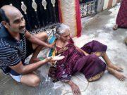80 साल की मां को सड़क पर बेसहारा छोड़ गए बेटे
