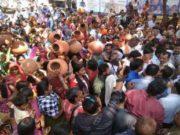 पानी की किल्लत से जूझ रही महिलाओं ने निगम कार्यालय के सामने मटका फोड़कर किया विरोध