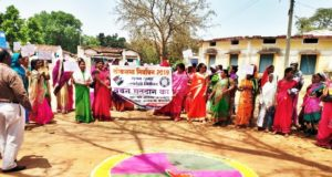 ग्रामीण किसानों द्वारा चुनाव बहिष्कार के ऐलान के बाद रंगोली बनाकर मतदाताओं को किया जागरूक