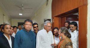 कांग्रेस नेताओं के साथ मुख्यमंत्री भूपेश बघेल पहुंचे निर्वाचन आयोग