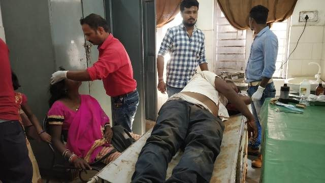 गीदम-जगदलपुर मार्ग में एक मोटरसाइकिल हुई दुर्घटनाग्रस्त