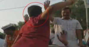 दिल्ली में रोड शो के दौरान मुख्यमंत्री अरविंद केजरीवाल को युवक ने मारा थप्पड़